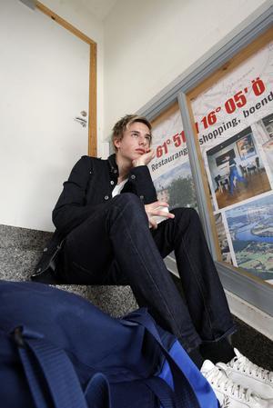 Jonathan Andersson, Färila, väntar på X-tåget för att åka till sin praktikplats på Team Sportia i Gävle.