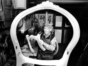 1991 hälsade STs fotograf Linus Wallin på i Elof Perssons välordnade verkstad hemma på Söderåsen. Där fanns allt som behövdes för avancerat finsnickeri. Just då var det dags att montera ihop delarna till en karmstol.