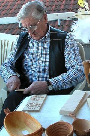 Avstressande. Man mår bra av att slöjda, intygar Yngve Johansson där han sitter på balkongen och arbetar med karvsnitt