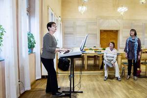 Förenas i förståelse för allas bästa. Körledare Eva-Britt Fredheim leder passet för bland andra Karin Nässeldal och Laila Westberg.