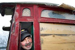 """""""Bussen verkar vara i kanonskick"""", säger Ove Isaksson från veteranbilsklubben, när han prövar om fönstren går att öppna. Karossen är byggd i mitten av 1920-talet."""