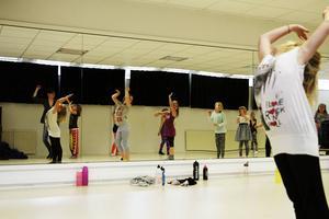 Under tre dansdagar har barnen träffats i dansstudion på Slotte. En sommaraktivitet där alla har varit välkomna att prova på dans. Här visar Nova Andersson, 7, upp vad hon har lärt sig.