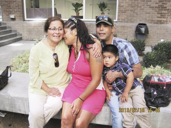 """Familj. Till vänster om Lucila sitter hennes syster Sandra. Brodern Juan håller i sin son Javier. Lucila berättar om vilken slump det var att Sandra fann henne. """"När jag var hemma hos min bror kom en man på motorcykel som sa att han ville hjälpa sin halvsyster att hitta sina syskon."""" Det visade sig att halvsystern var Sandra som, precis som Lucila, sökte efter sina släktingar."""