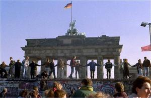 Tysk glädje. Den 10 november 1989 dansade tyskar från öst och väst i glädje på muren i Berlin sedan den Östtyska regeringen överraskande meddelat att medborgarna var fria att resa vart de ville.