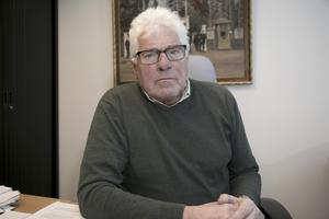 Har förtroende. Enligt Tommy Söderblom (S) som är styrelseordförande i kommunägda Nynäshamnsbostäder, står inte vd:ns privata engagemang i makens bolag i strid med Nybos verksamhet.