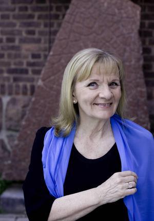Författaren Aino Trosell hälsar på elever på Praktiska gymnasiet i Falun för att inspirera till kreativt skrivande.