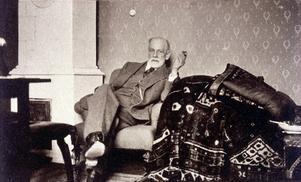Sigmund Freud intill sin berömda divan. Fotografiet är taget på 1930-talet, då Helga Doolittle under perioder var hans analysand.