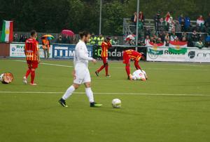 Dalkurds Richard Yarsuvat skadades av ett inkastat knallskott i matchen mot Syrianska i Södertälje.