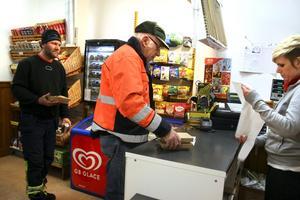Hasselforsbon Arne Pettersson brukar besöka Hasselfors närbutik för att köpa tidningen. Bakom honom står Ronny Wulff, Askersund, som åkt ifrån arbetet på sågen för att köpa lunch. Ägaren Karin Lundquist expedierar.