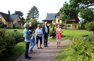 Zorngårdens trädgårdsmästare Annika Lindgren, längst till vänster på bilden berättar för en besökande grupp om trädgården.
