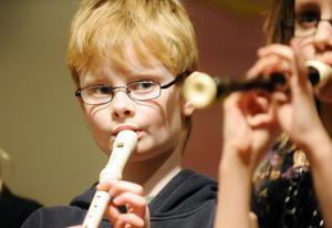 Barnen spelade även blockflöjt. Jocke Olsson är skärpt.
