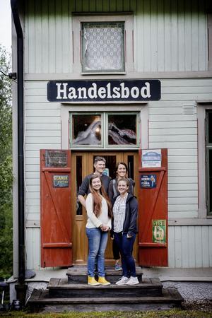 En del av familjen fritidshus är en gammal lanthandel. Fredrik Walentin, Helena Skogh, Cornelia Bjurström och Klara Walentin hänger gärna där. I dag fungerar lanthandel som läsrum.