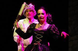 Anna Norberg spelar den elaka häxan som lurar i Snövit ett förgiftat äpple.