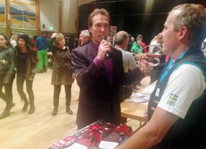Patrik Byström intervjuar Torbjörn Bergman som lärde ut vallningens ädla konst i Svegs IK skidors monter.