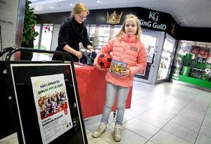 Klara Blom Kjellman, 9, skänker lego och en boll till LT-klappen.