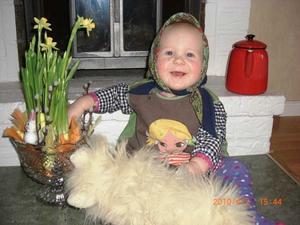 Här är mitt bidrag till påskbilder ni efterlyste.På kortet är Julia Boström 10 månader som en liten påskgumma. Foto: Malin Boström
