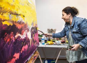 Det är svårt att inte bli berörd när Wejdan Derky målar sina historier från krigets Syrien.