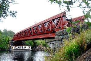 Den nya bron ligger på sin plats.
