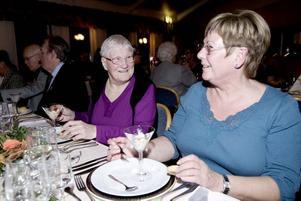"""Nöjda med maten. Ingrid Spjut och Margareta Andersson, båda föredetta ekonomibiträden på Restaurangskolan verkar väldigt nöjda med förrätten. """"Maten är jättebra"""", säger de."""