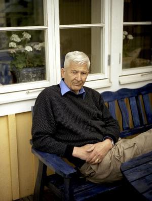 2008. Per Olov Enquist har slutat dricka. För länge sedan. Men hans nya bok handlar om den färd mot mörkrets hjärta som superiet ledde till.