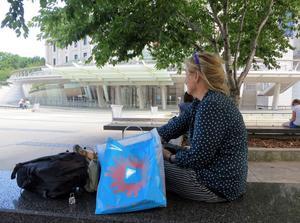 Konstnärens egna (detalj) bilder från New York och konstnären utanför Brooklyn museum.