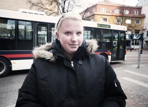 Johanna Sundqvist, 27 år, föräldraledig, Borlänge: När barnen fyller år tycker jag man får ta med sig. Kanske inte tårta, men glass eller liknande tycker jag går bra.
