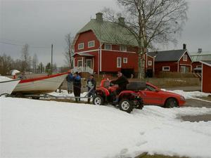 Våren är kommen när man sjösätter båten.Foto: Britt Nordberg