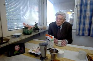 Förgyller gröten. Allan Klingberg äter varje dag sin frukost med barnbarnet Edits bild på bordet..