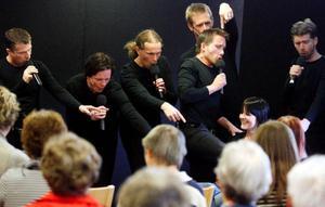 En Åsa ur publiken fick finna sig i flitig uppvaktning från killarna i Sonic 6, från vänster Henric Hallberg, Michael Klemmé, Max Lindqvist, Per Olsson, Fredrik Longueville och Björn Nordquist. Foto: Henrik Flygare