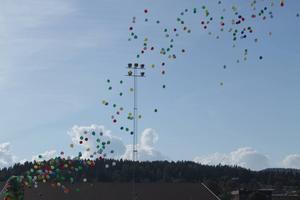 500 ballonger som symboliserar föreningar i Kramfors lyfte mot skyn.