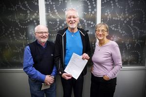 Leif Pettersson Dick Enebro och Kerstin Andersson är med i urvalsgruppen som väljer ut vilka bilder som får vara med i boken.