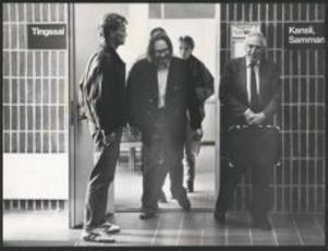 Anders Carlsson dömdes till rättspsykiatrisk vård för styckmordet på Hannu Rajala. Till höger syns hans advokat Leif Silbersky.
