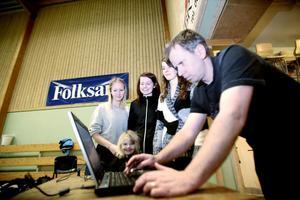 Maja Westberg, Erika Åkerlund och Johanna Engnell har alla tre badminton som specialidrott på gymnasiet. Nu har de fått i uppgift av sin badmintonlärare, Ronny Åkerlund, att arrangera Enångers ungdomsserie.