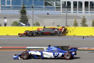 Marcus Ericsson tvingas köra innanför banmarkeringen när Haasföraren Romain Grosjean kraschar direkt efter starten i Rysslands GP.