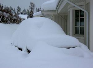 Snön inte bara gömmer, den förvandlar också. Den här 20 år gamla Volvo 740-bilen i Byskogen i Ås förflyttades av snöandet i helgen till 1950-talet och blev en Volvo PV.