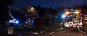 Räddningstjänsten sågade upp ett hål i fasaden för att komma åt elden.