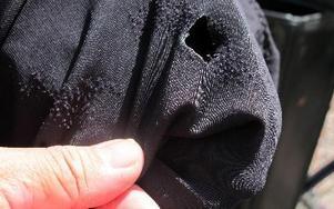 -- När jag klev av cykeln såg jag ett hål i mina cykelbyxor med alldeles brända kanter runt och jag hade fått ett märke på insidan av låret, säger Roland Nilsson. FOTO: ANGELICA LINDVALL
