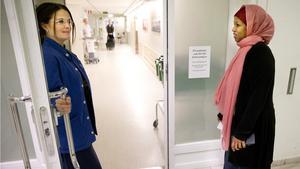 Undersköterskan Martina Ramström på förlossningen och tolken Mahadao Isse. Projektet med tolkarna på plats på lasarettet i Västerås är tänkt att fortsätta så länge behovet finns.