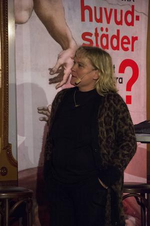 Frilansjournalisten Lotta Gröning var inbjuden som oberoende kommentator. Då och då rörde hon om i grytan med färgstarka inlägg och frågor.