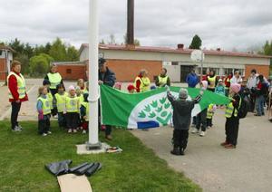 Grön flagg hissades för det arbete som förskola och skola gjort i Ytterhogdal för att bli miljöcertifierade.