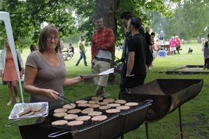 Anneli Åkerlund brassade burgare åt alla hungriga besökare.