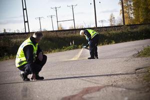 Polisen undersöker olycksplatsen i hopp om att få veta vad som hände.