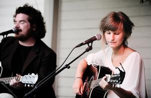 Vädret höll sig ända fram till de sista låtarna, då regnet kom till Hårmakar´ns bakgård.Peder Olsén och Elina Bernulf spelade och sjöng låtar från 1700- 2000-talet.