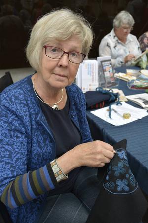 Marianne Hellström, ordförande i Medelpads hemslöjd broderar med ullgarn på vadmal. Hon vet inte vad det ska bli, men hon tror på en väska eller en kudde.