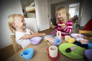 Meja och Wilma leker och har så roligt med servisen som är gjord av växtfibrer från Majs.   – Jag vill ha pannkaka, ropar Wilma.   Gamla gosedjur med flamskyddsmedel fick kastas och nya saker köps successivt in.