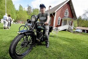 """Snart 90 år. Roland """"Pinnen"""" Erikssons Rex Jap från 1928 var motorträffens äldsta mc. """"När jag kom över den för 20 år sedan var den bara en massa delar på en släpkärra"""", berättar han."""
