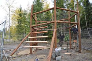 Så här såg det ut när den senaste större lekplatsen byggdes i Kumla i området Skogsgläntan hösten 2012. Till sommaren byggs en ännu större i vid Kumlasjön. Arkivfoto: Jan Wijk