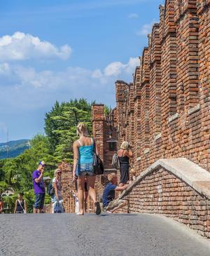 Den medeltida borgen Castelvecchio är ett populärt turistmål.   Foto: Jörg Hackemann/Shutterstock.com