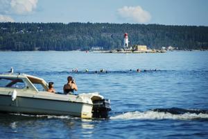 Här är vännerna på väg mot det första delmålet – Draghällan. Det var varmt och skönt i vattnet, rapporterade de.