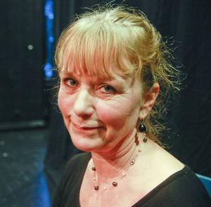 Karin Sjöberg är nykter alkoholist sedan elva år tillbaka. I föreställningen